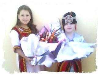 Admirez la beauté et le charme de ces deux anges. C'est  elles qui furent choisies pour remettre au nouveau wali un  bouquet de fleurs lors de sa première visite dans la localité.